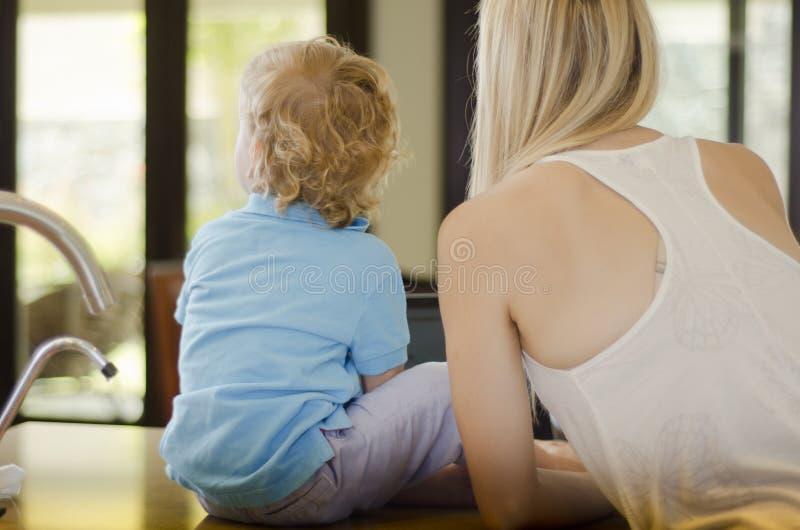 Mamá e hijo que pasan el tiempo junto fotos de archivo libres de regalías