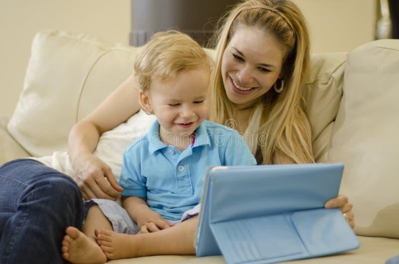 Mamá e hijo que se divierten imagen de archivo libre de regalías