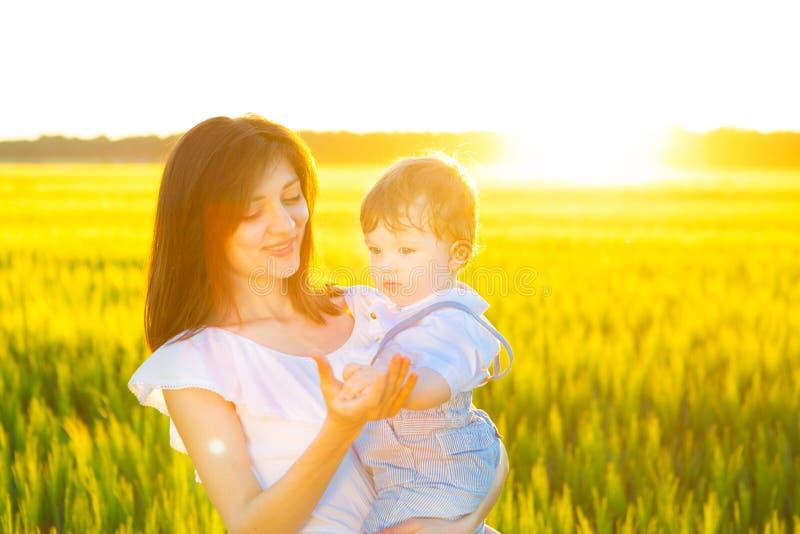 Mamá e hijo que se divierten por el aire libre del campo que disfruta de la naturaleza fotografía de archivo