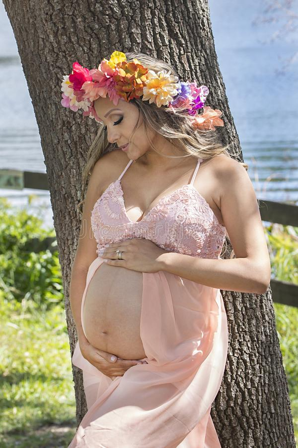 Mamá embarazada que mira a su niño nonato foto de archivo