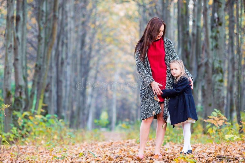 Mamá feliz con la pequeña hija en día hermoso del otoño fotografía de archivo libre de regalías