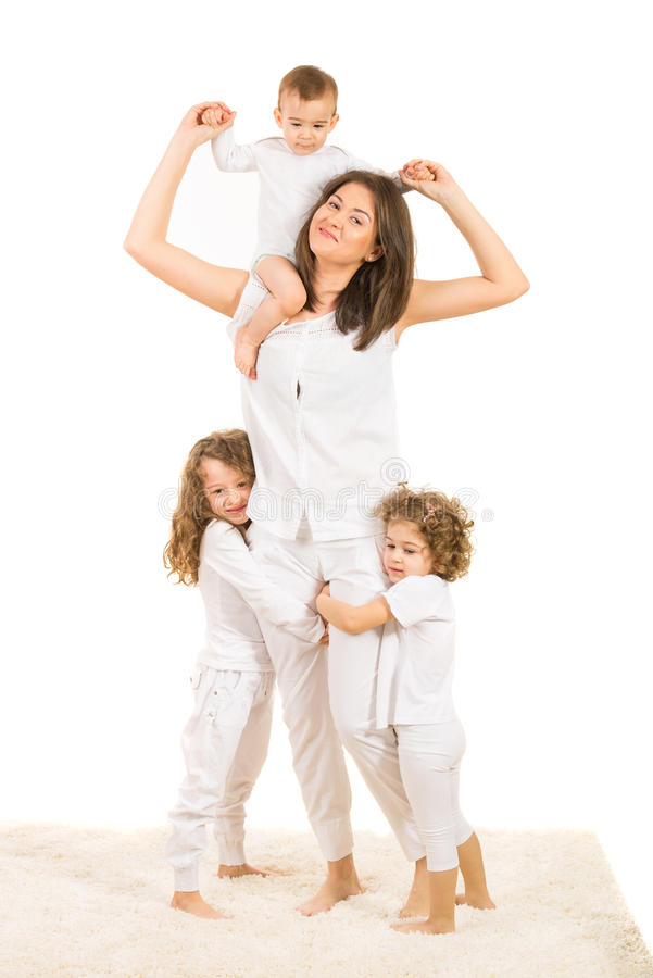 Mamá feliz con tres niños imagenes de archivo