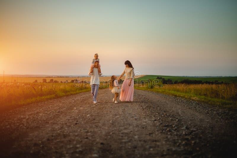 Mamá, papá e hijas al aire libre fotos de archivo libres de regalías