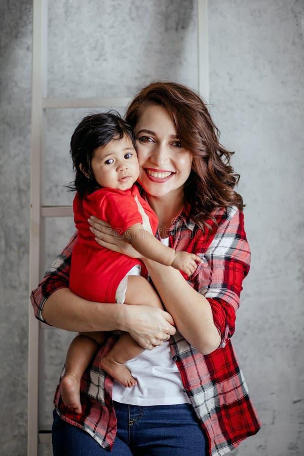 Mamá positiva y su hija bonita que presentan a la cámara imagenes de archivo