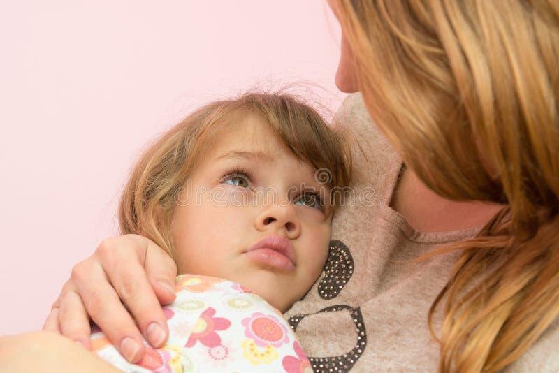 Mamá que conforta a la hija de cinco años imágenes de archivo libres de regalías