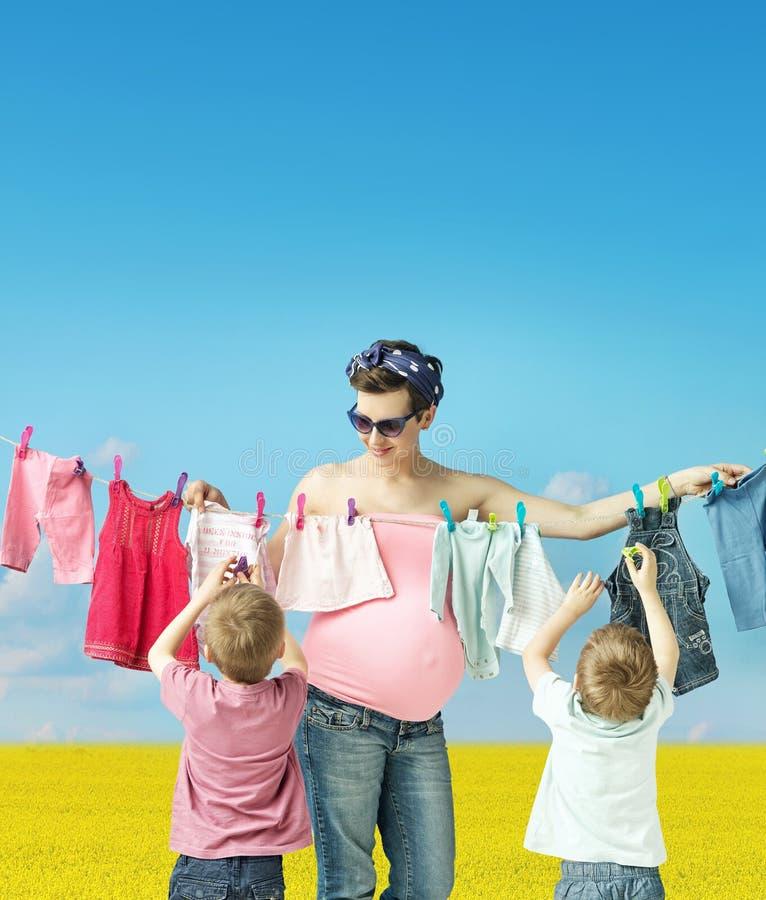 Mamá que hace el lavadero con los hijos imagen de archivo