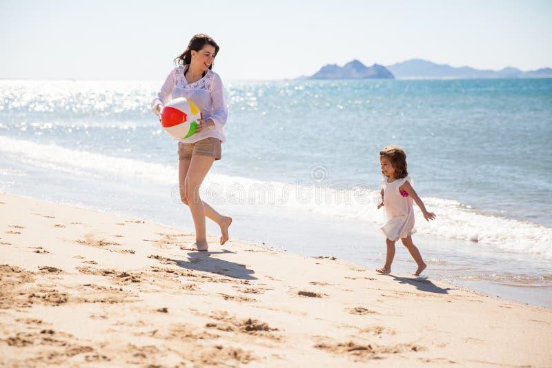 Mamá que juega con su hija fotos de archivo