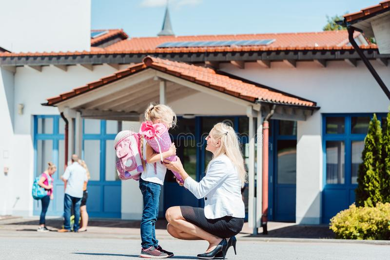 Mamá que llega a su niño a la escuela fotografía de archivo libre de regalías