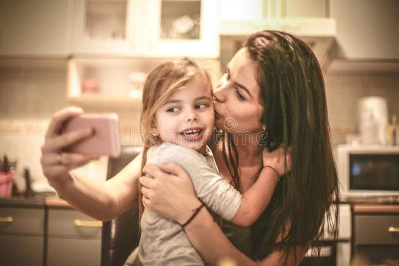 Mamá que me besa para el autorretrato imágenes de archivo libres de regalías