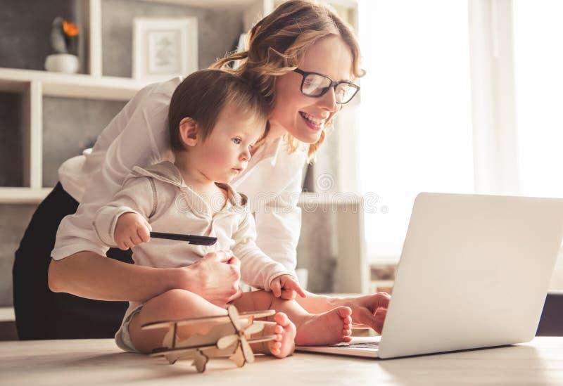 Mamá y bebé del negocio foto de archivo libre de regalías