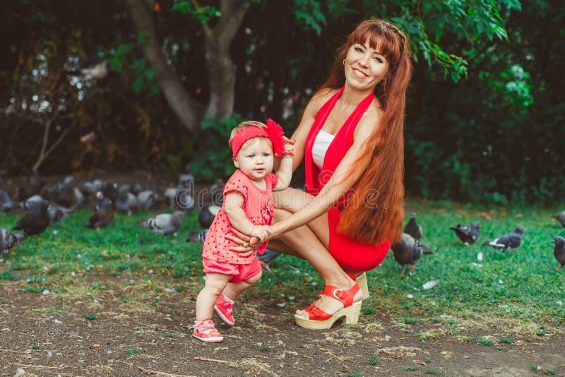 Mamá y bebé en el parque imagenes de archivo