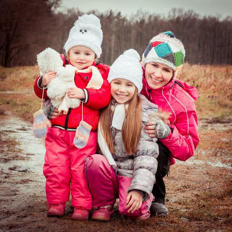 Mamá y dos sus hijas imágenes de archivo libres de regalías