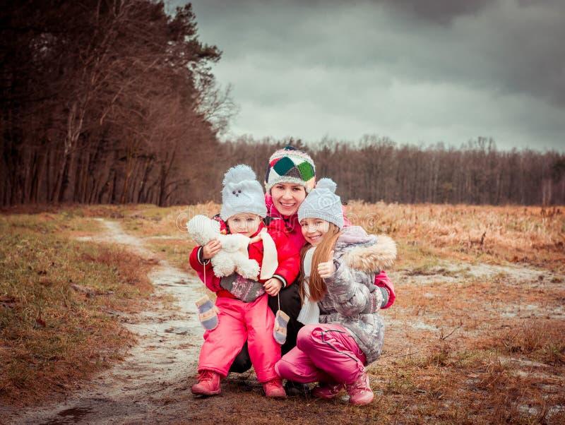 Mamá y dos sus hijas preciosas foto de archivo libre de regalías