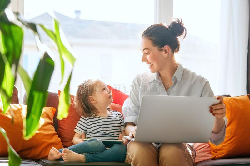 Mamá y niño con el ordenador portátil fotos de archivo