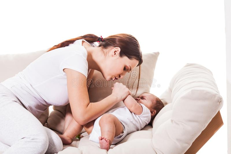 A mamã acalma um filho pequeno fotografia de stock