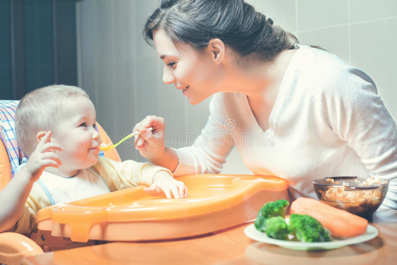 A mamã alimenta a sopa do bebê Comida para bebê saudável e natural fotografia de stock