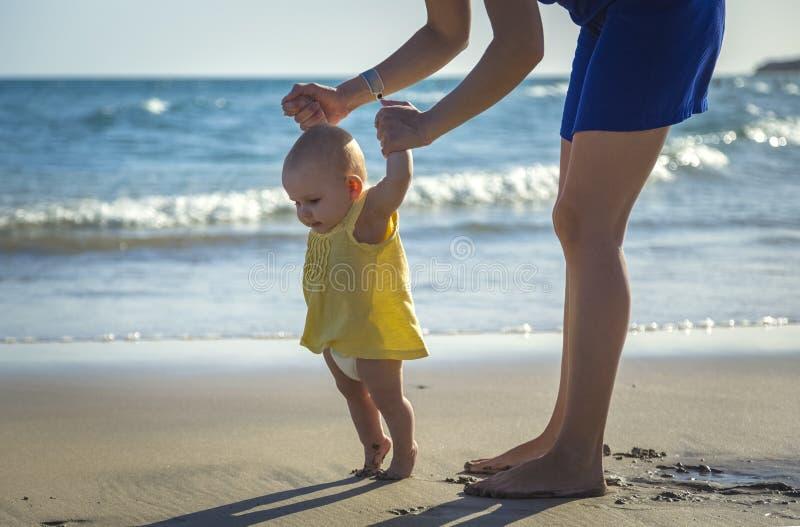 A mamã aprende andar bebê pequeno imagens de stock royalty free