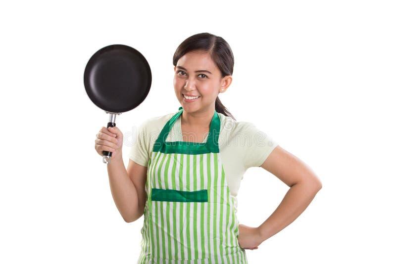 A mamã asiática prepara-se para cozinhar, retrato no branco fotos de stock royalty free