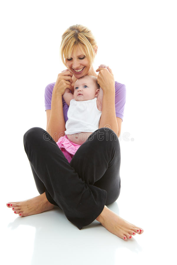 Mamã bonita nova do caucasion que faz a ioga do bebê imagens de stock royalty free