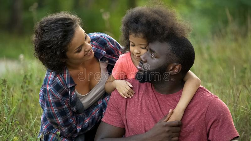 Mamã bonita que diverte sua família amado, passatempo do prazer junto, exterior fotos de stock