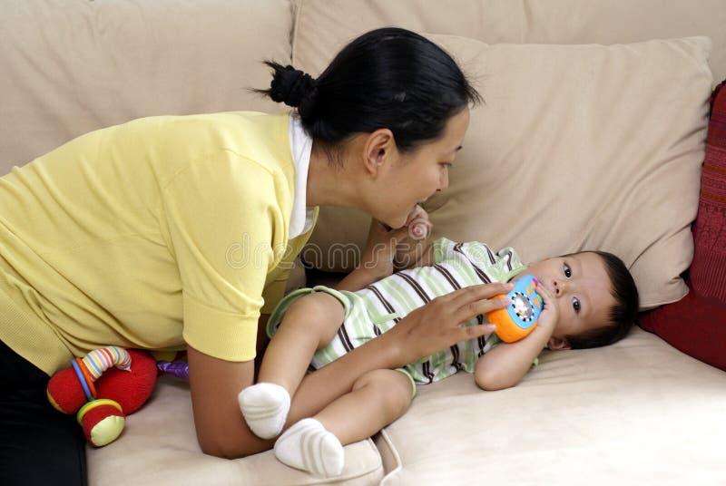 Mamã chinesa e filho multiracial imagem de stock royalty free