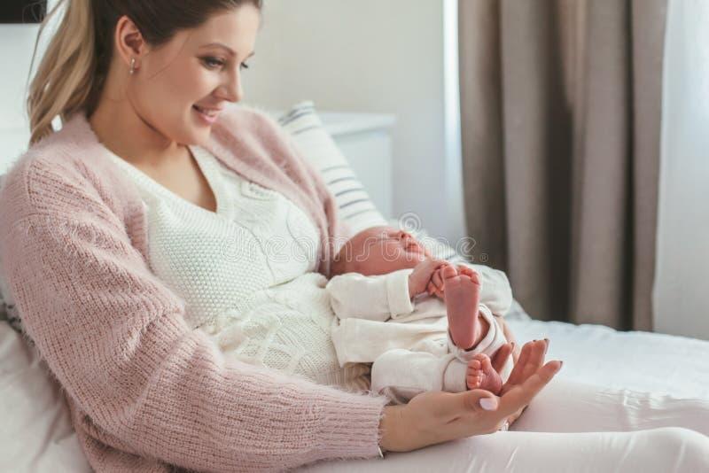 Mamã com bebê recém-nascido fotos de stock