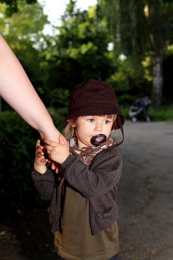 Mamã com a criança pequena na caminhada da noite imagens de stock royalty free