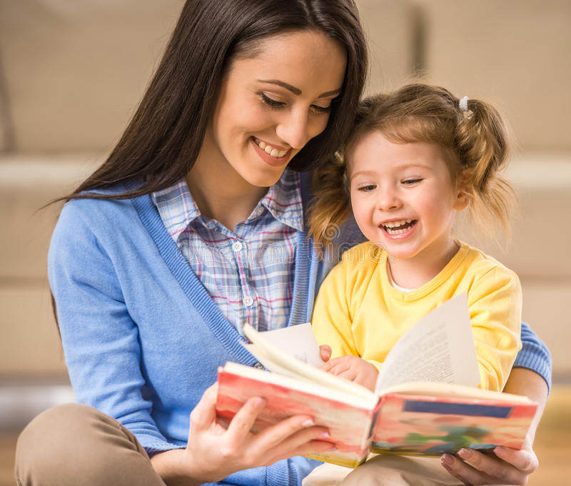 Mamã com filha pequena imagem de stock royalty free
