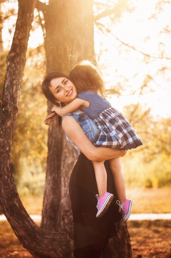 Mamã com uma criança em uma caminhada na floresta imagens de stock