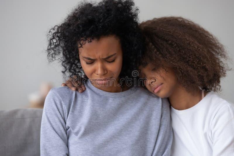 Mamã de grito deprimida do abraço afro-americano do adolescente foto de stock