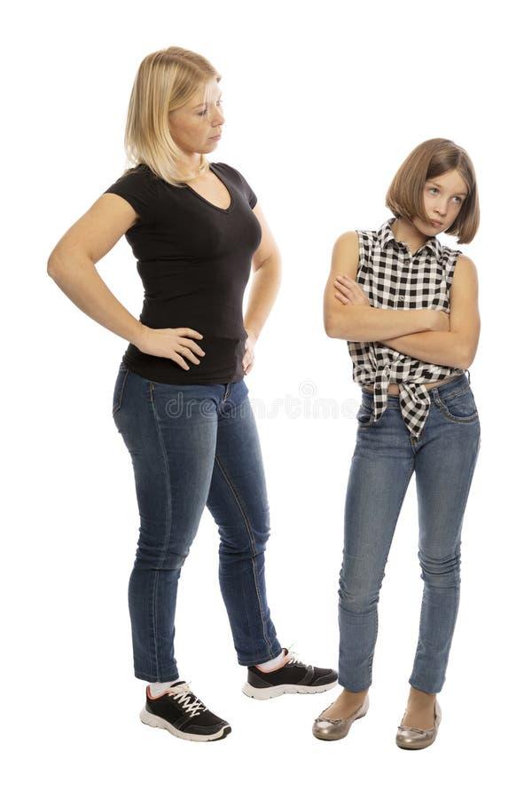 A mamã discute a filha adolescente, gritando, o fundo branco fotografia de stock