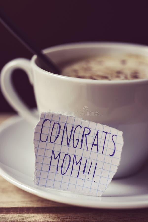 Mamã dos congrats do texto em uma nota imagem de stock