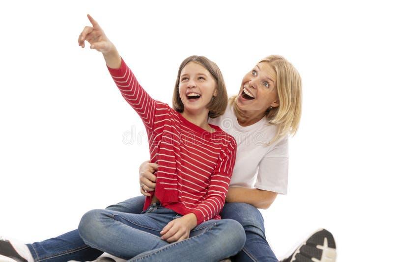 Mamã e abraço adolescente e riso da filha imagens de stock royalty free