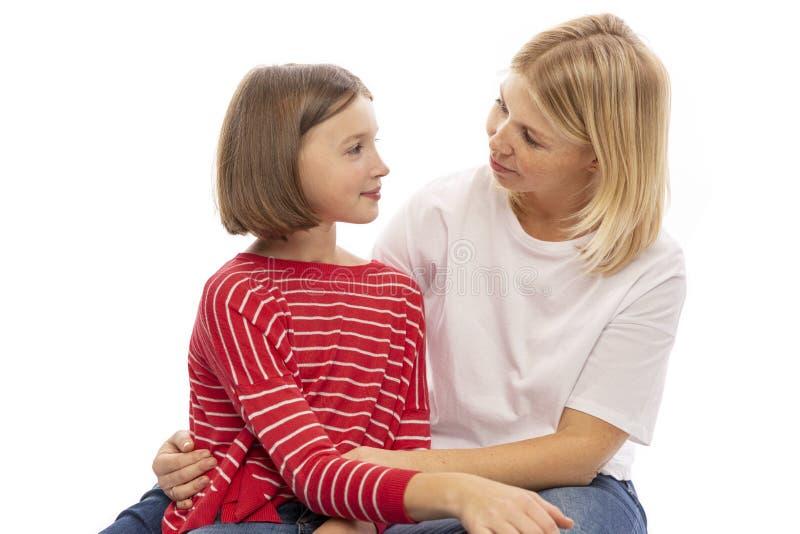 Mamã e abraço adolescente e riso da filha imagem de stock