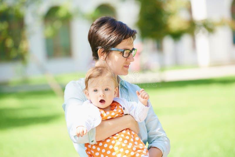 Mamã e bebê na natureza imagem de stock royalty free