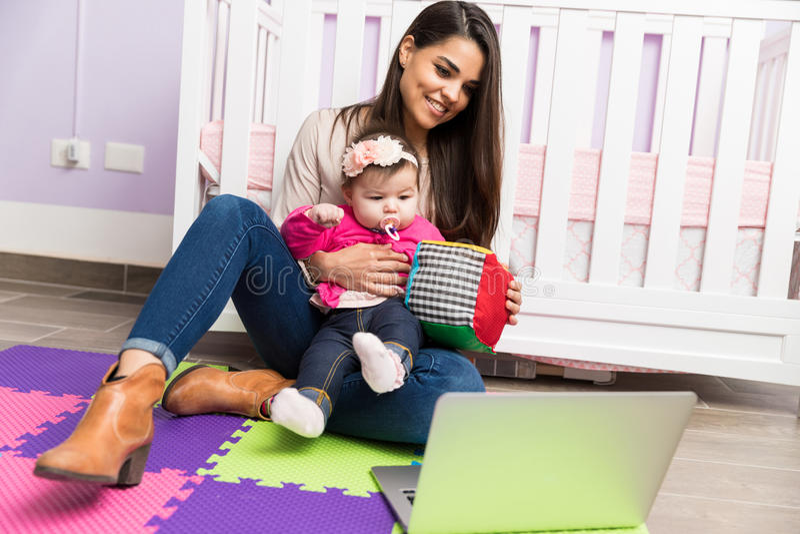 Mamã e bebê que fazem um blogue video imagem de stock