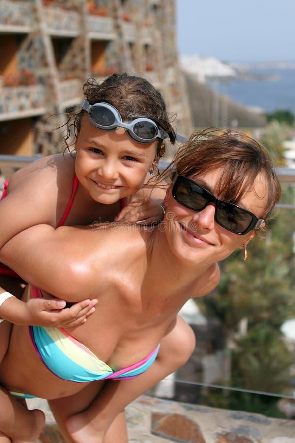 Mamã e criança felizes da mãe no mar imagem de stock