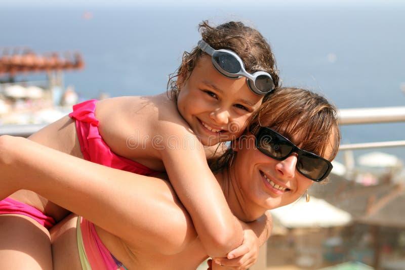 Mamã e criança felizes da mãe no mar imagem de stock royalty free
