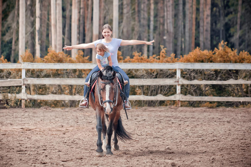 Mamã e criança no cavalo fotografia de stock royalty free