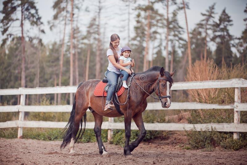 Mamã e criança no cavalo imagens de stock royalty free