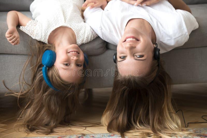 A mamã e a criança têm a música junto de escuta do divertimento fotos de stock