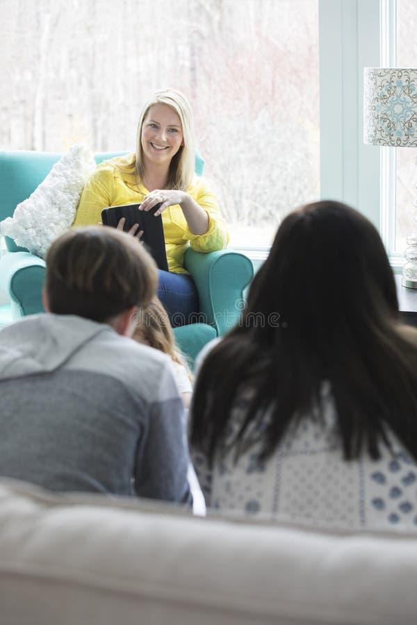 Mamã e crianças em casa imagem de stock