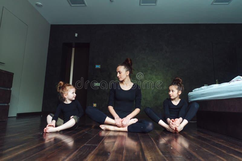 A mamã e duas filhas passam o tempo junto imagens de stock royalty free