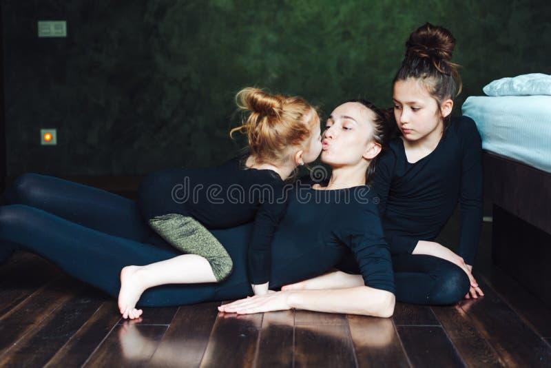A mamã e duas filhas passam o tempo junto imagem de stock royalty free
