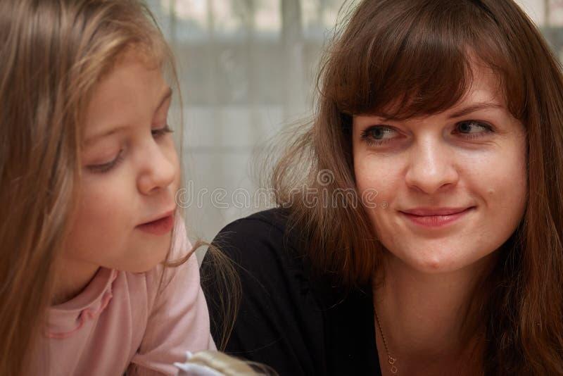 Mamã e filha fotos de stock
