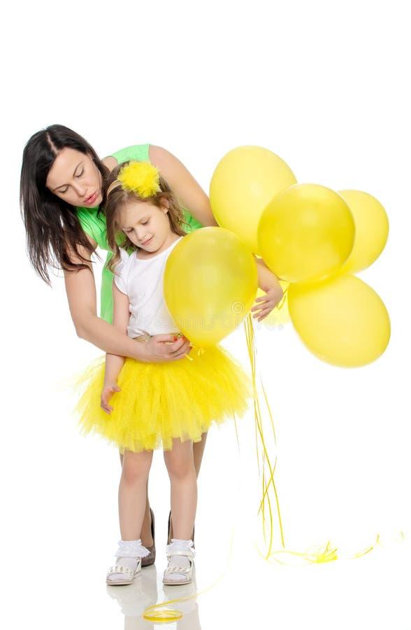 Mamã e filha com balões coloridos fotografia de stock