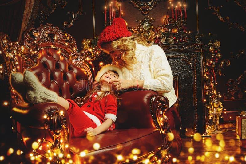Mamã e filha em casa imagem de stock