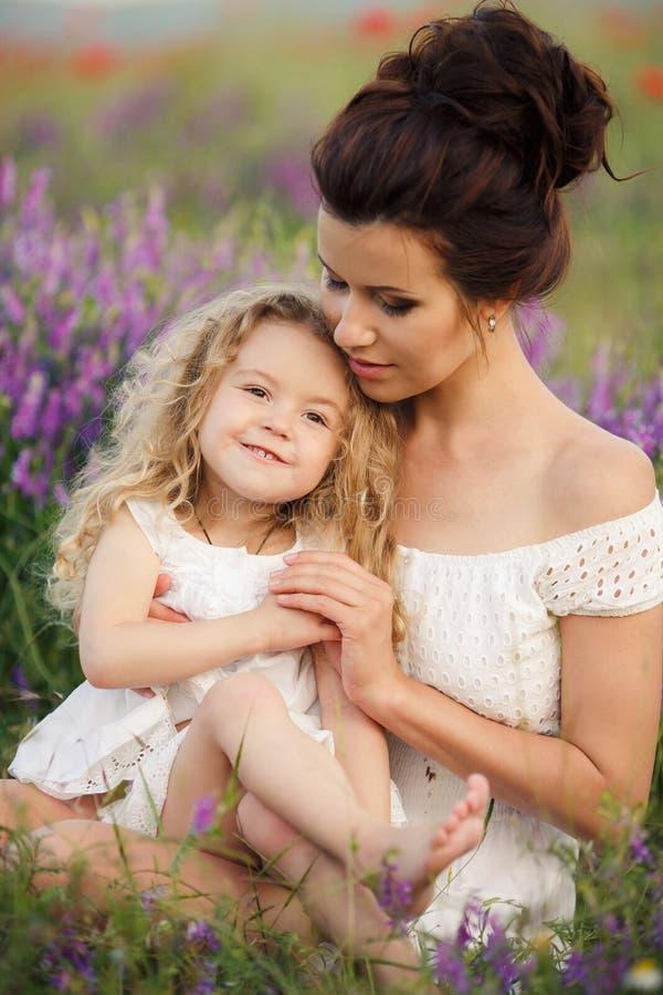 Mamã e filha em um campo da alfazema foto de stock