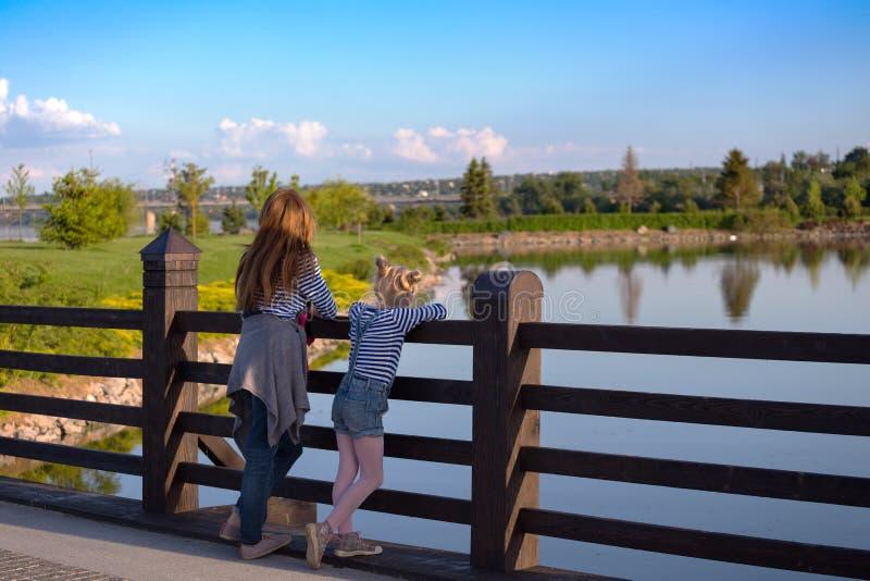 A mamã e a filha estão andando no parque foto de stock royalty free