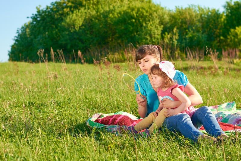Mamã e filha no parque imagem de stock royalty free